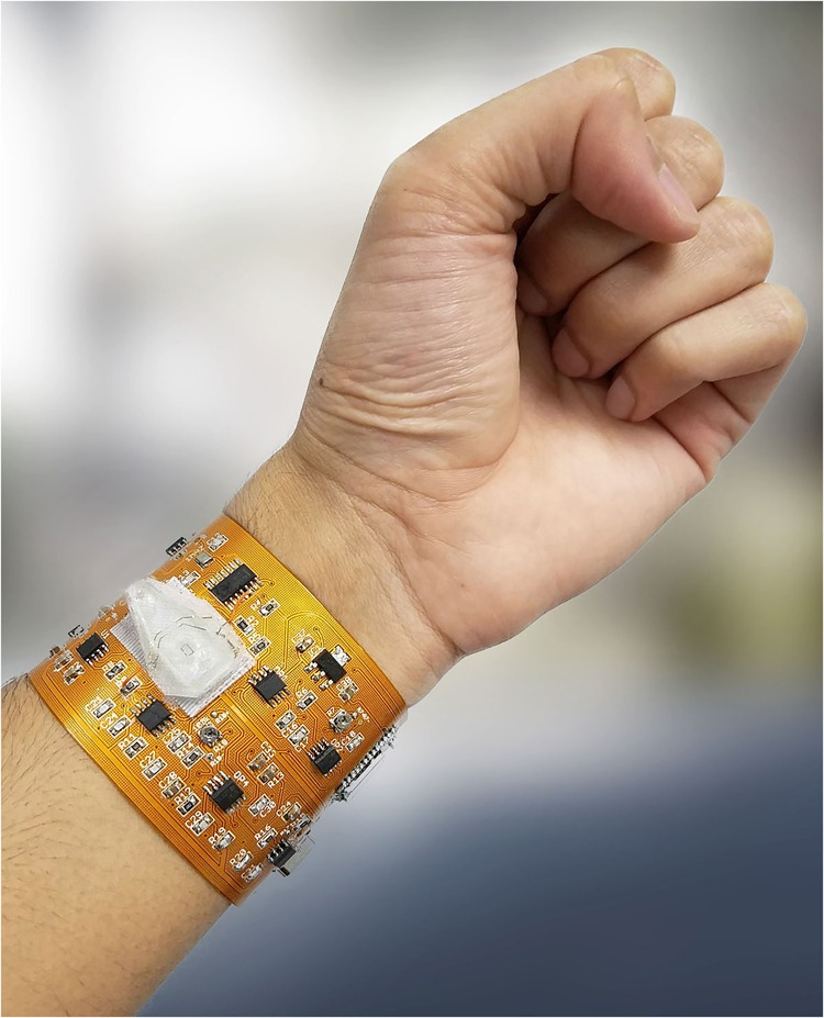 Sistema de citometría wearable en una placa de circuito impreso flexible con un chip PDMS integrado, un microcontrolador y un módulo Bluetooth